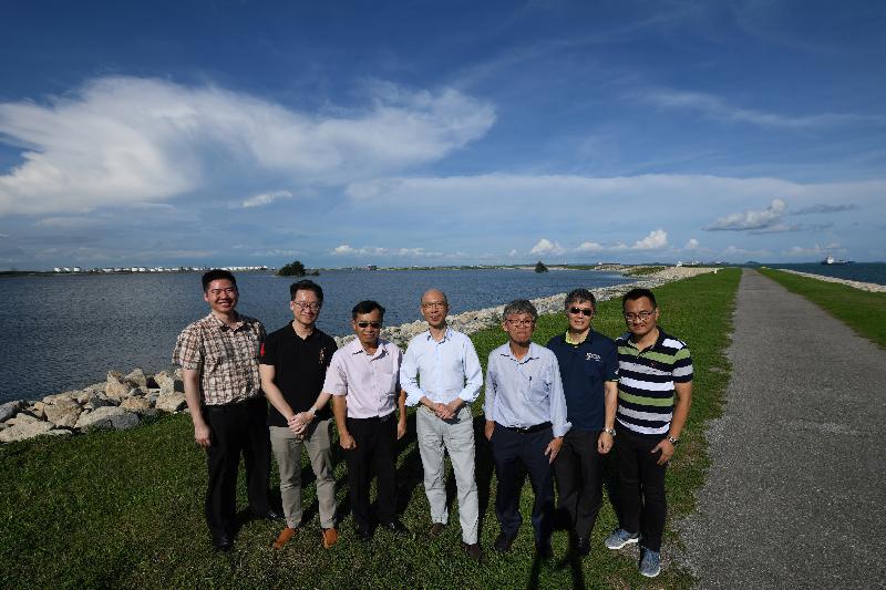 環境局局長黃錦星(中)今日(五月二十三日)到訪新加坡實馬高島垃圾埋置場,了解垃圾埋置場的運作。