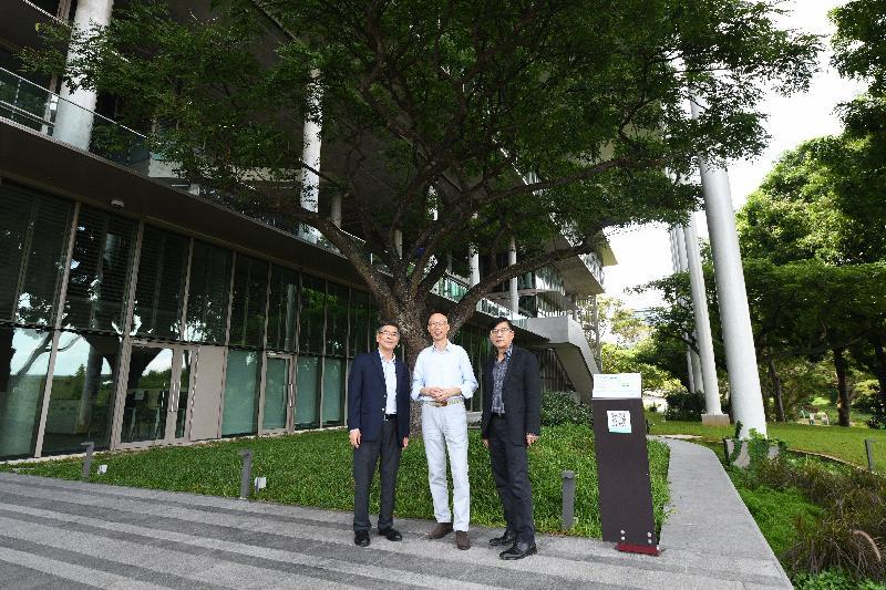 環境局局長黃錦星(中)今日(五月二十三日)到訪新加坡國立大學設計與環境學院,參觀當地首個新建淨零能源建築。
