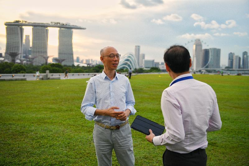 環境局局長黃錦星(左)今日(五月二十三日)到新加坡濱海堤壩參觀其綠化天台。