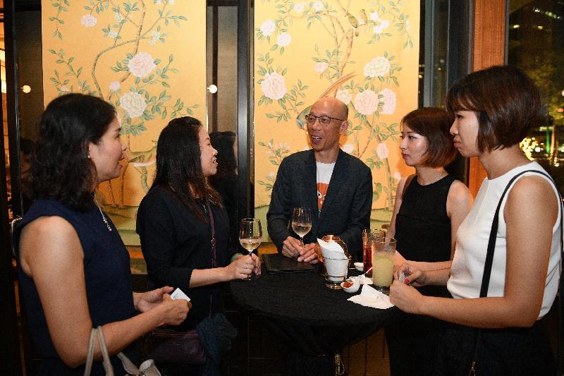 環境局局長黃錦星(中)今日(五月二十三日)在新加坡與在當地求學及工作的香港青年共進晚餐,了解他們的生活狀況。