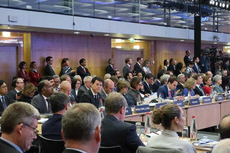商務及經濟發展局局長邱騰華(前排左三)於五月二十二日(巴黎時間)在法國巴黎出席經濟合作及發展組織理事會部長級會議的主題演講全體大會。