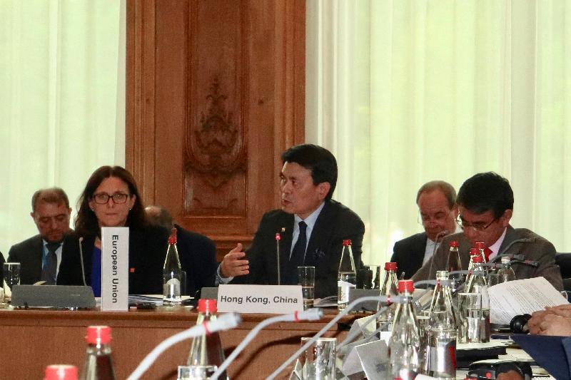 商務及經濟發展局局長邱騰華(前排中)昨日(巴黎時間五月二十三日)在法國巴黎出席世界貿易組織(世貿)非正式部長級會議並發言,鼓勵世貿成員積極參與有關電子商貿、服務貿易本地法規和便利投資的討論,這些都是在現今經濟下對全球貿易不可或缺的一部分。