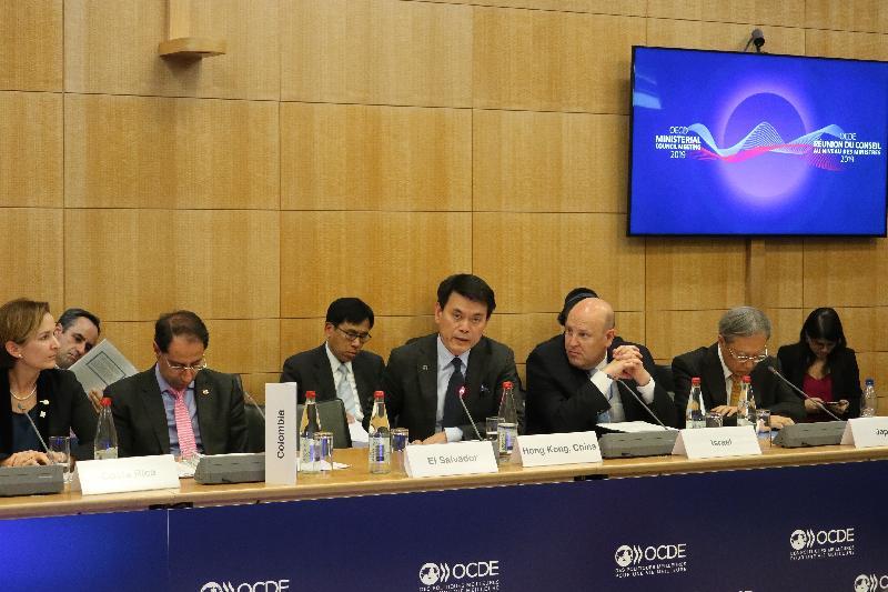 商務及經濟發展局局長邱騰華(前排左三)昨日(巴黎時間五月二十三日)在法國巴黎與其他世界貿易組織成員的部長出席有關服務貿易本地法規的非正式會議,探討如何改善全球服務貿易的規管環境。