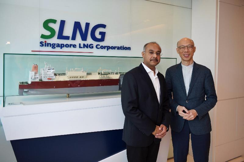 環境局局長黃錦星(右)今日(五月二十四日)參觀新加坡液化天然氣企業,了解新加坡液化天然氣站的發展和服務。