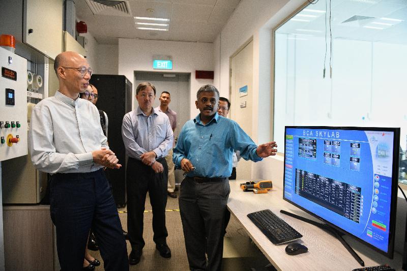 環境局局長黃錦星(左一)今日(五月二十四日)到訪新加坡建設專科學院,了解新加坡建設局推廣綠色建築的工作。
