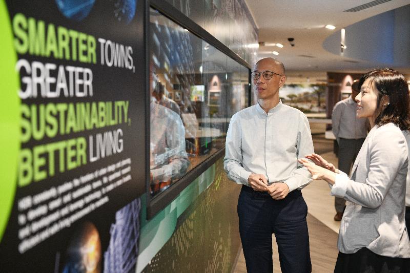 環境局局長黃錦星(左)今日(五月二十四日)到訪新加坡建屋發展局,聽取官員講解當局的可持續發展政策。
