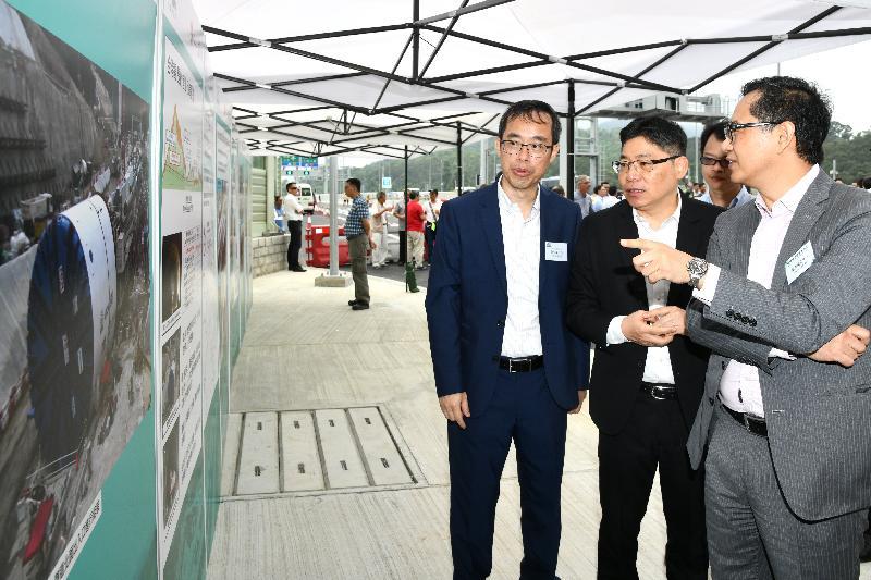 發展局常任秘書長(工務)林世雄(中)今日(五月二十四日)在主持香園圍公路通車儀式前參觀展板。
