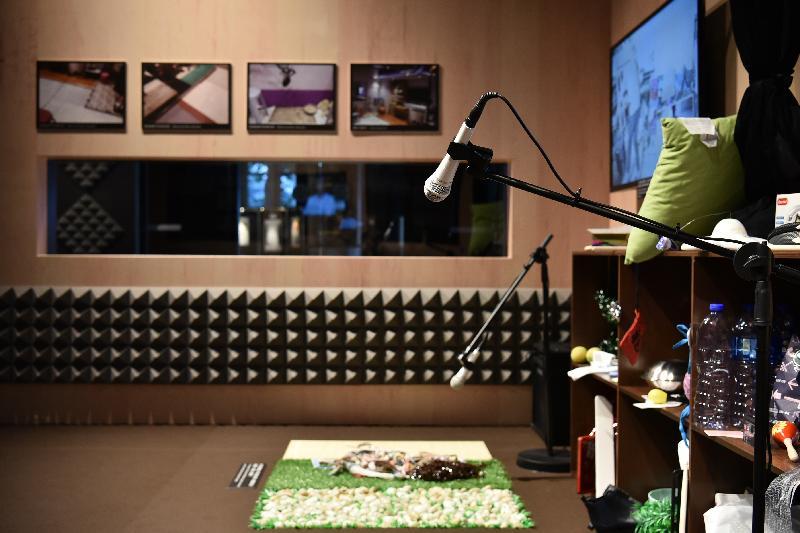 康樂及文化事務署香港電影資料館(資料館)今日(五月二十四日)至八月二十五日在資料館展覽廳舉辦「聽而不覺——電影配樂與音效」展覽。展場設有模擬擬音房,觀眾可體驗製作電影音效的過程。