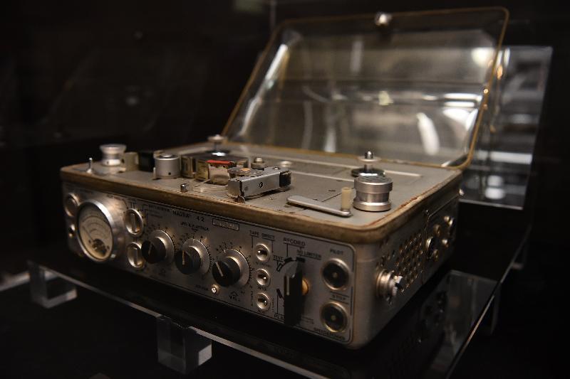 康樂及文化事務署香港電影資料館(資料館)今日(五月二十四日)至八月二十五日在資料館展覽廳舉辦「聽而不覺——電影配樂與音效」展覽。圖示七十年代為電影錄製聲音的錄音機。
