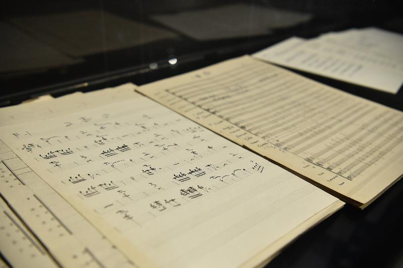 康樂及文化事務署香港電影資料館(資料館)今日(五月二十四日)至八月二十五日在資料館展覽廳舉辦「聽而不覺——電影配樂與音效」展覽。圖示作曲家楊秉忠為《碧血黃花》(1980)創作主題曲的音樂手稿。
