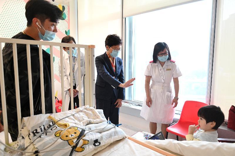 行政長官林鄭月娥今日(五月二十七日)下午到訪位於啓德發展區的香港兒童醫院。圖示林鄭月娥(右三)到血液及腫瘤科病房探望一名病童。