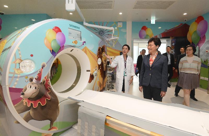 行政長官林鄭月娥今日(五月二十七日)下午到訪位於啓德發展區的香港兒童醫院。圖示林鄭月娥(中)和食物及衞生局局長陳肇始教授(右)參觀放射科的電腦掃描室。