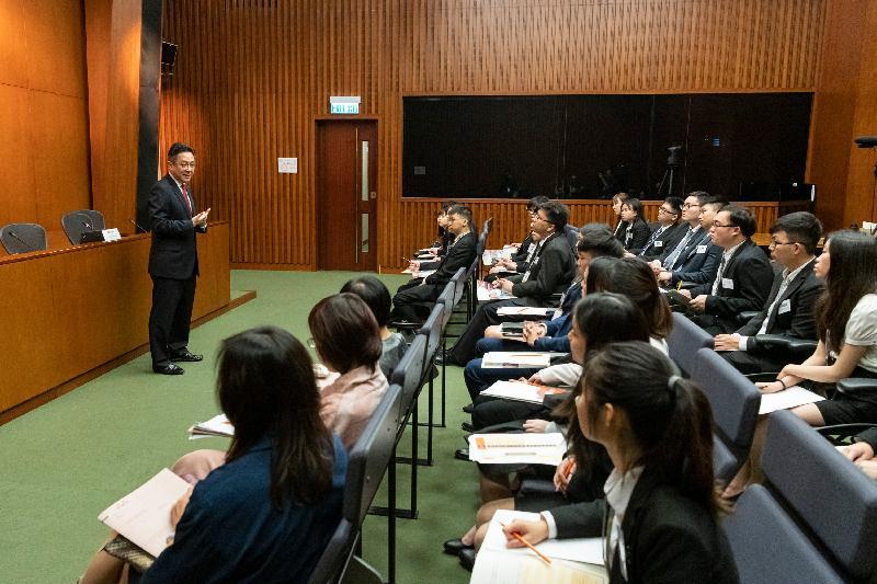 立法會秘書處二○一九年度實習計劃今日(五月二十七日)展開。立法會秘書處秘書長陳維安(左一)在啟導環節上向學生致歡迎辭。