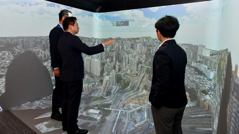 圖示在智慧政府創新實驗室展示的沉浸式四維CAVE系統。該系統結合融合實境平台、建築資訊模型及三維地圖,可模擬及展示智慧城市的各種試驗技術,試用部門包括地政總署和建築署。