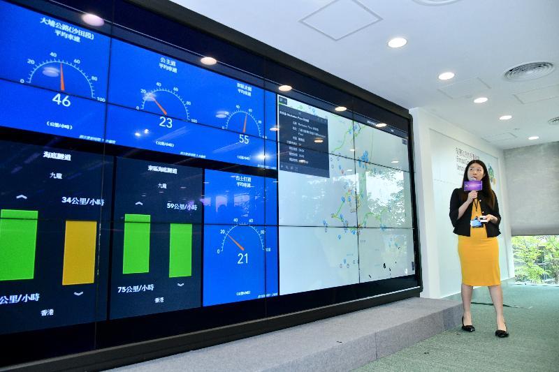 將於今年年底前推出的城市儀表板是智慧政府創新實驗室展示的技術項目之一。城市儀表板以互動圖表和地理資訊地圖顯示「資料一線通」(data.gov.hk)上與民生相關的開放數據,方便公眾閱覽。