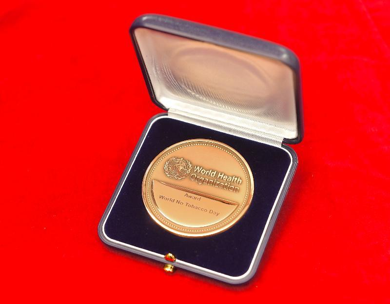 圖示衞生署今日(五月三十日)獲世界衞生組織頒發「世界無煙日獎」的獎章。