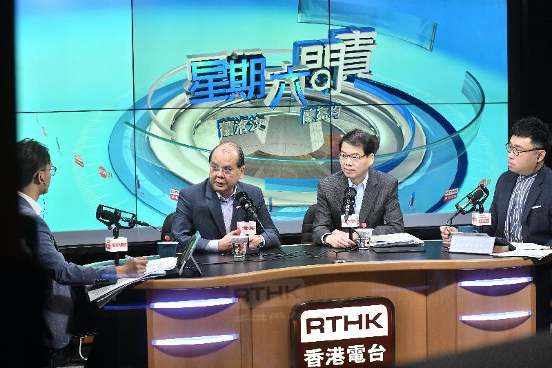 政務司司長張建宗(左二)今早(六月一日)出席香港電台節目「星期六問責」。