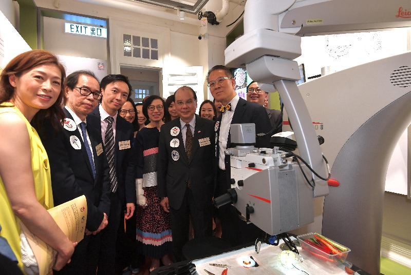 政務司司長張建宗今日(六月二日)下午出席「香港眼科醫療發展之回顧及展望」展覽開幕禮。圖示張建宗(前排右二)和食物及衞生局局長陳肇始教授(前排右三)在參觀展覽時與其他嘉賓合照。