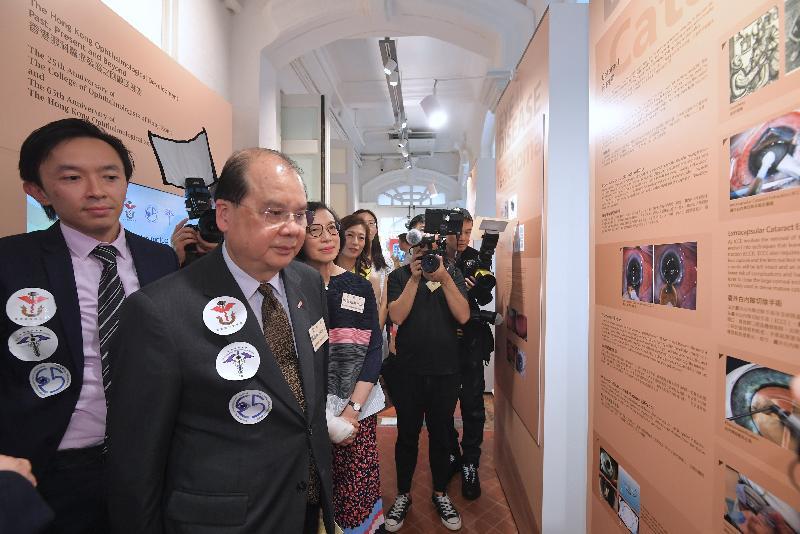 政務司司長張建宗今日(六月二日)下午出席「香港眼科醫療發展之回顧及展望」展覽開幕禮。圖示張建宗(左二)和食物及衞生局局長陳肇始教授(左三)參觀展覽。