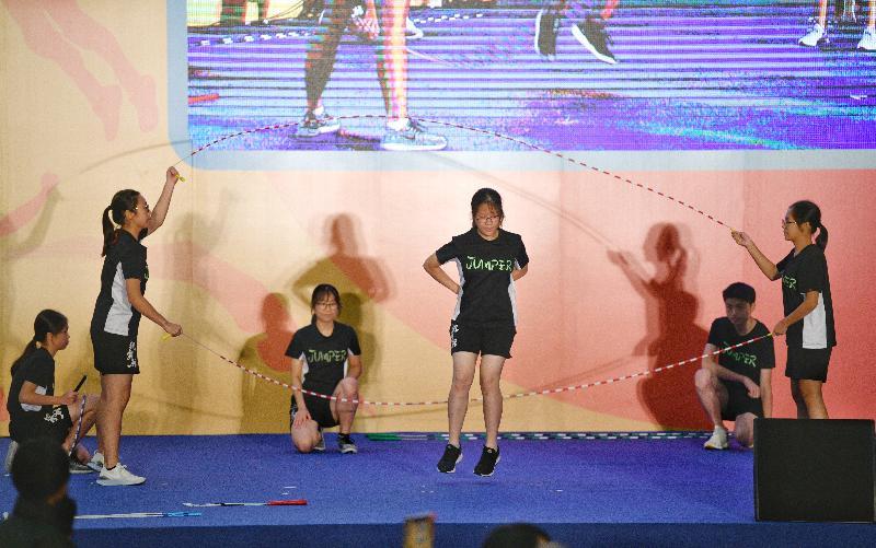 第七屆全港運動會閉幕暨綜合頒獎典禮今日(六月二日)在九龍公園體育館舉行。圖示專業跳繩隊在典禮上表演花式跳繩。