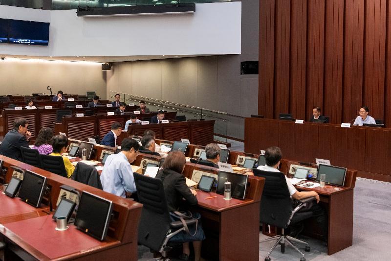 立法會議員與屯門區議會議員今日(六月四日)討論屯門至赤鱲角連接路、屯門西繞道和西鐵南延線的開通日期及相關公共交通安排,以及要求跟進皇珠路及屯門公路等擠塞情況的改善建議。