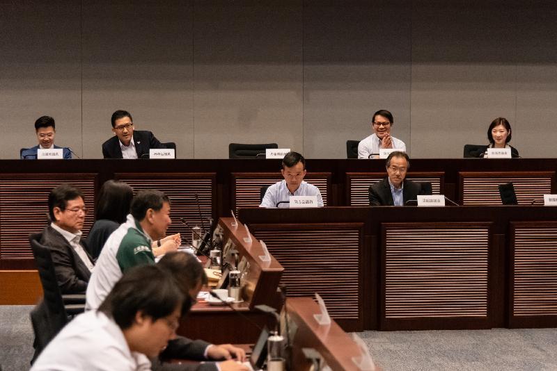 立法會議員與北區區議會議員今日(六月四日)就有關興建連接粉嶺公路及北區醫院的救護車專用通道的建議交換意見。