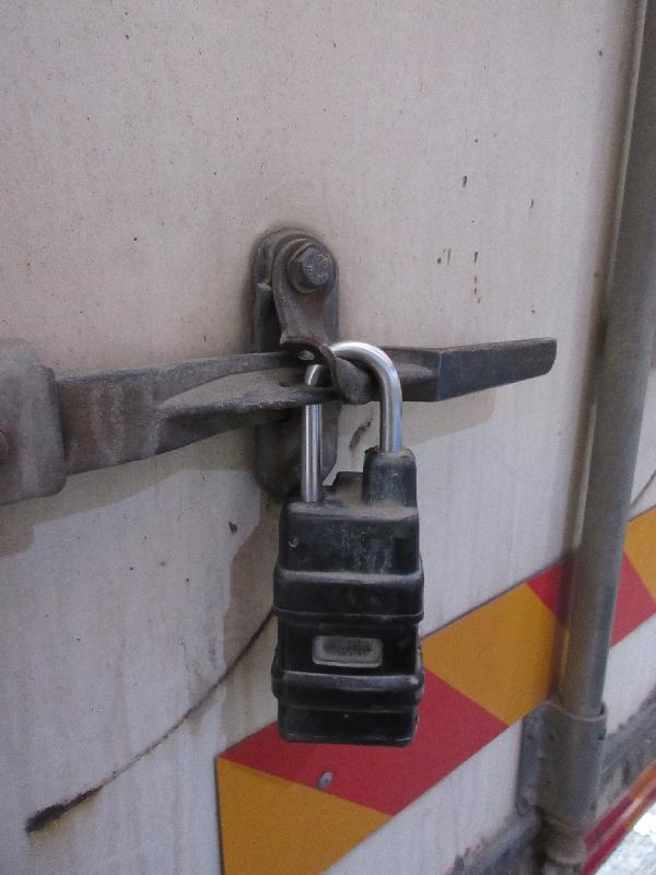 香港海關積極推動業界使用「跨境一鎖計劃」,今日(六月五日)首次有貨車利用「跨境一鎖計劃」運載貨物到中山新設的清關點。圖示安裝在貨車上的電子鎖。