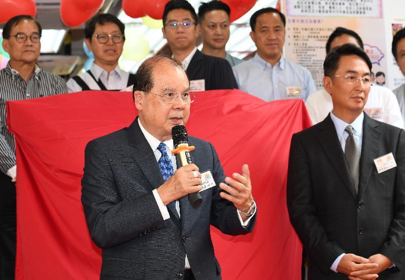 政務司司長張建宗(左)今日(六月六日)在家園便利店大埔分店啟業禮致辭。