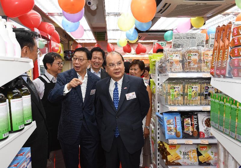 政務司司長張建宗(右)今日(六月六日)參觀家園便利店大埔分店。
