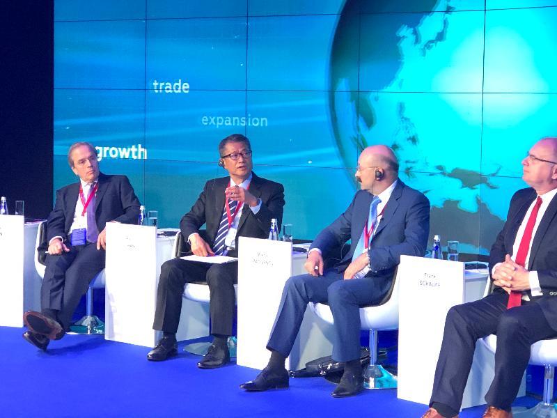 財政司司長陳茂波(左二)昨日(聖彼得堡時間六月六日)在俄羅斯出席聖彼得堡國際經濟論壇其中一個討論環節,就環球經濟秩序,與投資銀行、商會和評級機構等代表交流。