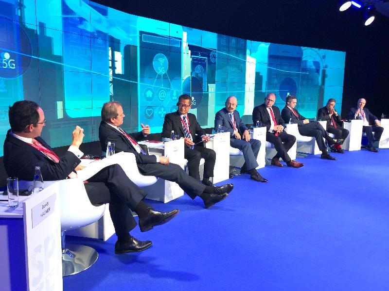 財政司司長陳茂波(左三)昨日(聖彼得堡時間六月六日)在俄羅斯出席聖彼得堡國際經濟論壇其中一個討論環節,就環球經濟秩序,與投資銀行、商會和評級機構等代表交流。