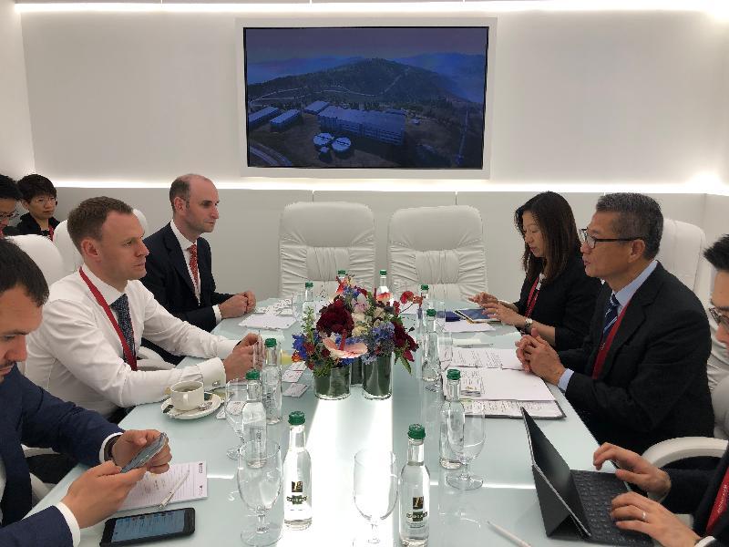 財政司司長陳茂波(右二)昨日(聖彼得堡時間六月六日)在俄羅斯聖彼得堡會晤俄羅斯財政部副部長Vladimir Kolychev(左二)。香港駐倫敦經濟貿易辦事處處長杜潔麗(右三)亦有出席。