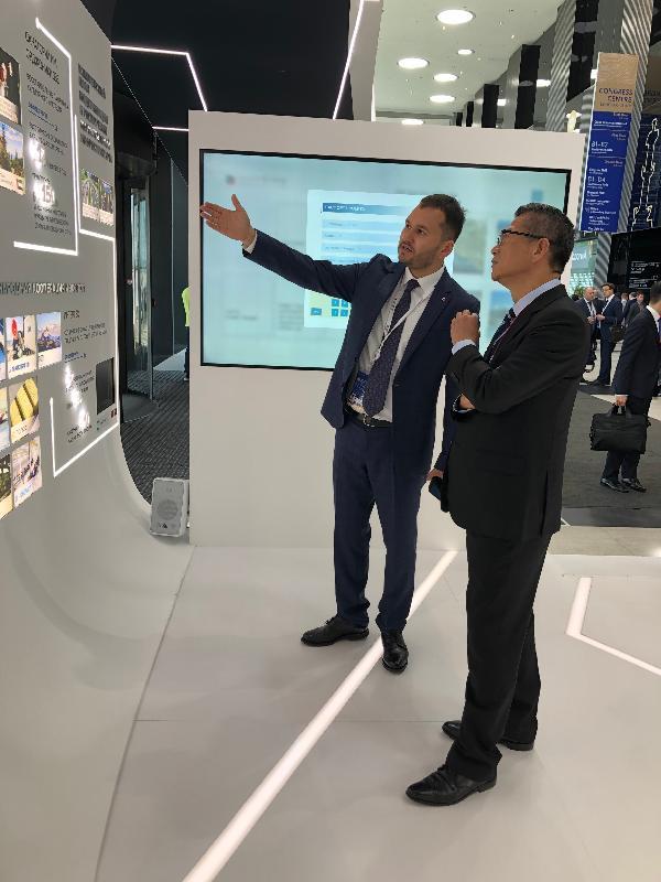 財政司司長陳茂波昨日(聖彼得堡時間六月六日)在俄羅斯出席聖彼得堡國際經濟論壇。圖示陳茂波參觀現場的攤位。