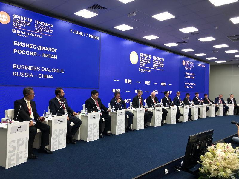 財政司司長陳茂波昨日(聖彼得堡時間六月七日)繼續在俄羅斯出席聖彼得堡國際經濟論壇。圖示陳茂波(左一)和前中國人民銀行行長周小川(左五)出席一個有關中俄合作前景的討論環節。