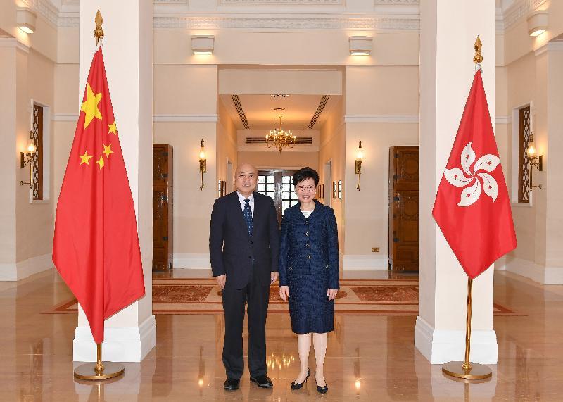 行政長官林鄭月娥(右)今日(六月八日) 在禮賓府與故宮博物院院長王旭東博士(左)會面。