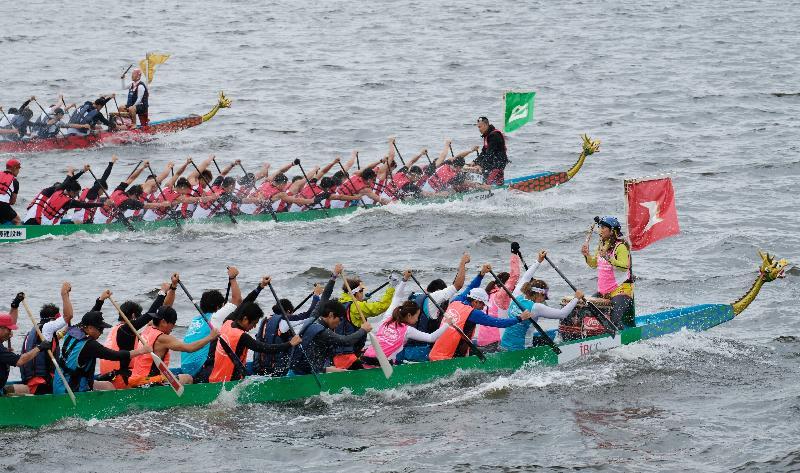Paddlers compete for the Hong Kong Cup at the Yokohama Dragon Boat Races at Yamashita Park in Yokohama, Japan, today (June 9).