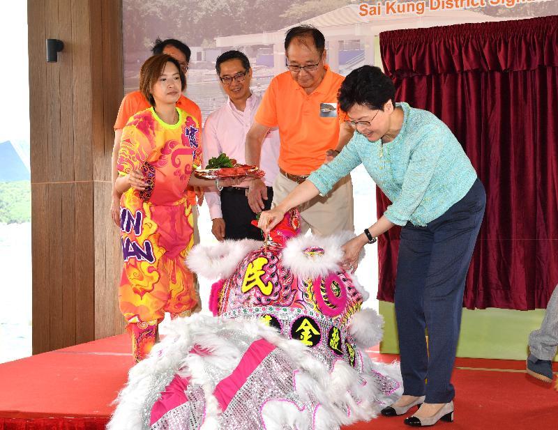行政長官林鄭月娥今日(六月九日)出席西貢區社區重點項目「重建橋咀碼頭」啟用典禮。圖示林鄭月娥(右一)主持醒獅點睛儀式。