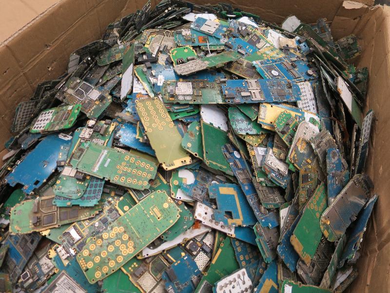 環境保護署在香港海關協助下,在香港國際機場截獲的廢印刷電路板。