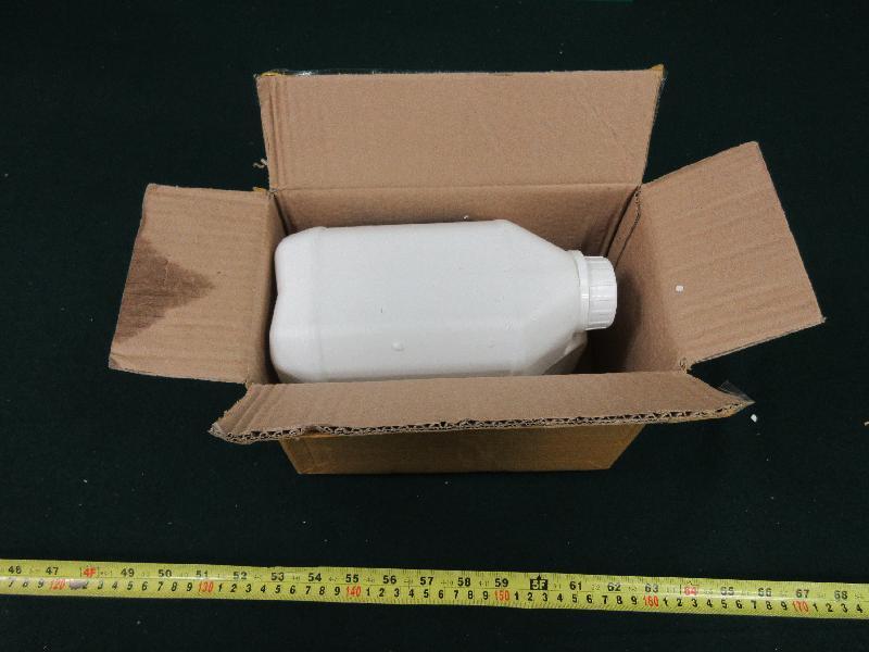 香港海關與澳洲邊防局及澳洲聯邦警察於六月三日至七日期間進行聯合行動,打擊兩地間利用空運郵件販運毒品的活動。圖示部分檢獲的懷疑γ-丁內酯。