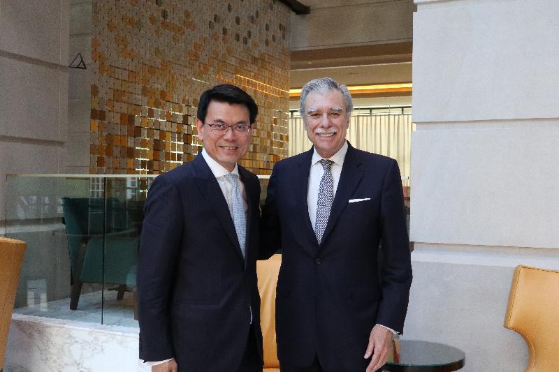 商務及經濟發展局局長邱騰華(左)今日(美國東岸時間六月十一日)在美國華盛頓與美國前商務部部長Carlos Gutierrez(右)會面。