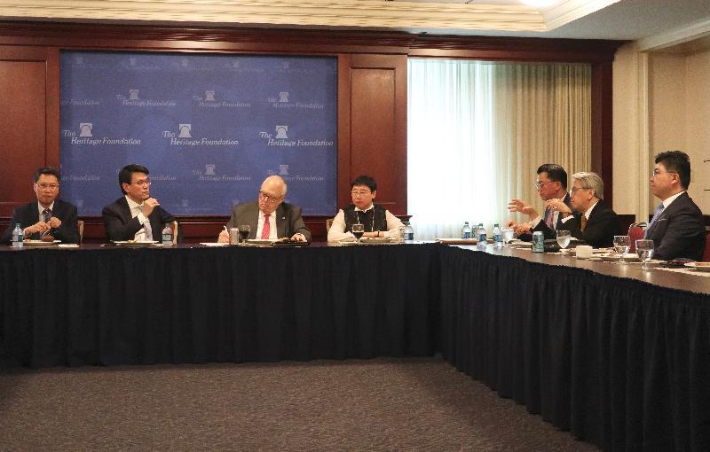 商務及經濟發展局局長邱騰華(左二)今日(美國東岸時間六月十一日)在美國華盛頓與美國傳統基金會的高層成員共進午餐,他歡迎基金會連續二十五年評選香港為全球最自由的經濟體。