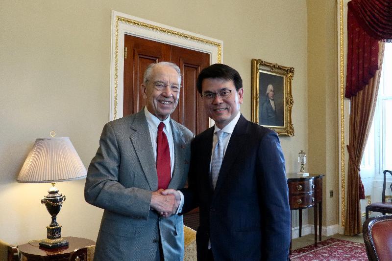 商務及經濟發展局局長邱騰華(右)今日(美國東岸時間六月十一日)在美國華盛頓與美國參議院財務委員會主席Chuck Grassley(左)會面。