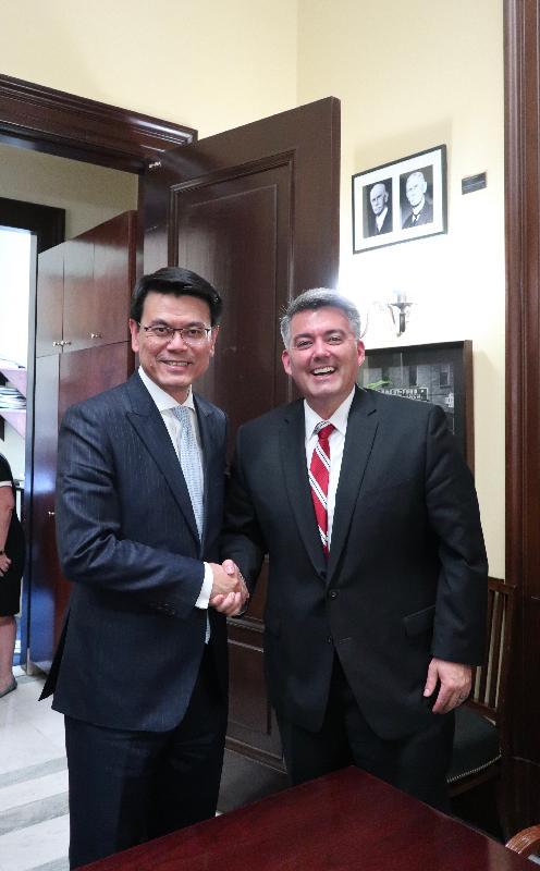 商務及經濟發展局局長邱騰華(左)今日(美國東岸時間六月十一日)在美國華盛頓與美國參議院對外事務委員會東亞、太平洋和國際網絡安全政策小組主席加德納(右)會面。