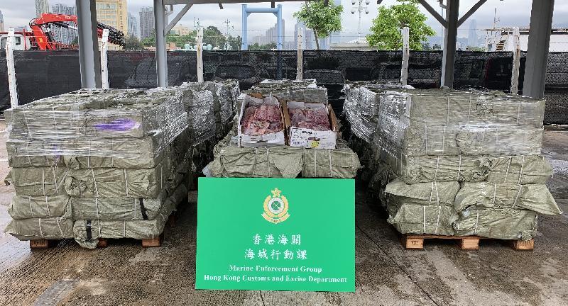 香港海關昨日(六月十二日)進行反走私行動,在南丫島水域偵破一宗涉嫌利用漁船走私的案件,檢獲約六千二百公斤懷疑走私凍肉,估計市值約二十五萬元。