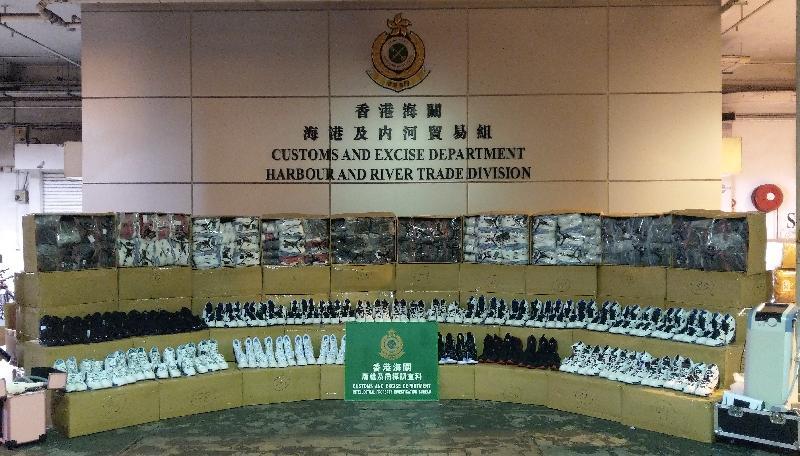 香港海關六月八日在屯門內河船碼頭海關驗貨場一個貨櫃內檢獲約九千對懷疑冒牌波鞋及約四百五十件懷疑走私美容產品,估計市值約五十六萬元。