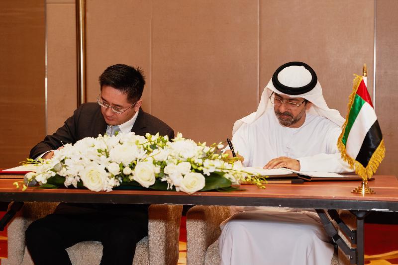 商務及經濟發展局副局長陳百里博士(左)今日(杜拜時間六月十六日)在阿拉伯聯合酋長國(阿聯酋)杜拜與阿聯酋財政部副部長Younis Haji Al Khoori(右)簽署香港與阿聯酋促進和保護投資協定。