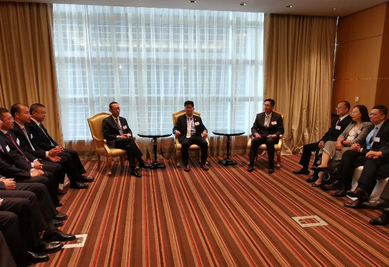 國家商務部台港澳司司長孫彤(左四)和商務及經濟發展局副局長陳百里博士(右四)今日(杜拜時間六月十六日)在阿拉伯聯合酋長國杜拜與中國駐杜拜總領事李旭航(中)會面。