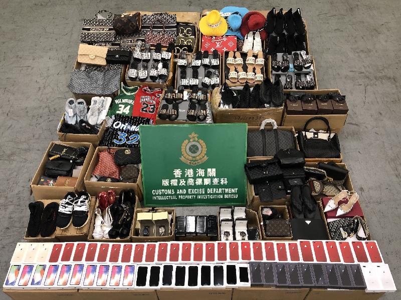 香港海關與歐盟成員國海關於六月三日至十六日採取聯合執法行動,打擊以歐盟成員國為目的地的跨境冒牌物品活動,檢獲共約六千三百件懷疑冒牌物品,估計市值約六十七萬元。圖示部分檢獲的懷疑冒牌物品。