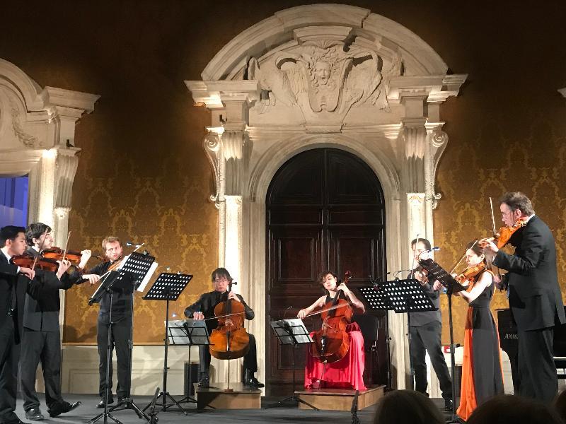 香港年輕大提琴演奏家黃泰城(左四)六月十七日(羅馬時間)於第十六屆羅馬室內樂音樂節演出。黃泰城是入選參加本屆音樂節的25位年輕藝術家之一,並與其他藝術家一起深造和演出。