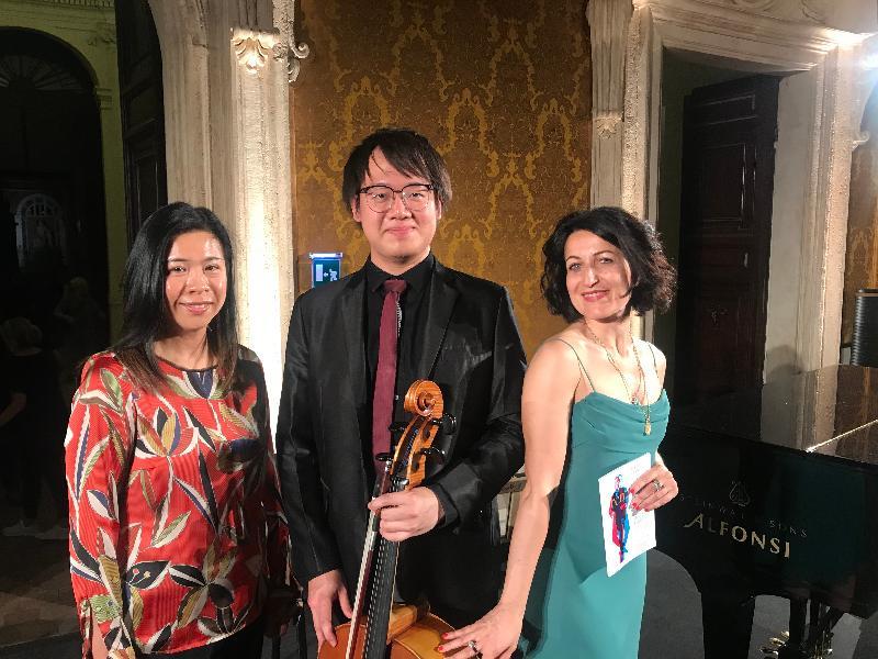 香港駐布魯塞爾經濟貿易辦事處副代表周雪梅(左)、香港年輕大提琴演奏家黃泰城(中)及羅馬室內樂音樂節總監Jacopa Stinchelli(右)於六月十七日(羅馬時間)在第十六屆羅馬室內樂音樂節合照。